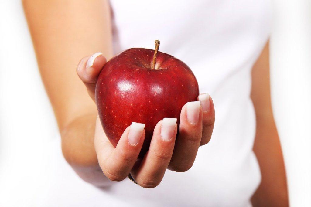 Eine beliebte Möglichkeit für mehr betriebliches Gesundheitsmanagement im Unternehmen ist der Obstkorb in der Teeküche.