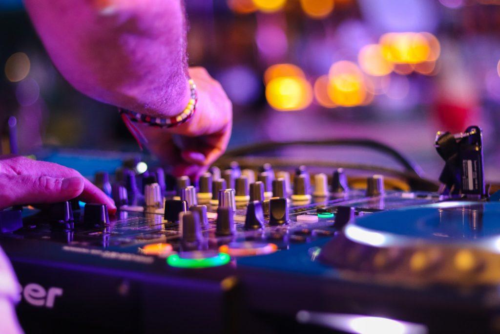 In der Unterweisung Lärmschutz wird zumeist auch die Lärmbelastung in der Freizeit thematisiert. Beispielsweise der Besuch einer Disko kann zu einer höheren Lärmbelastung führen.