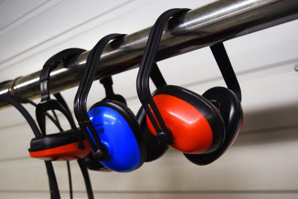 Persönliche Schutzausrüstung wie Gehörschutzstöpsel, Kapselgehörschützer, Otoplastiken helfen beim Lärmschutz.