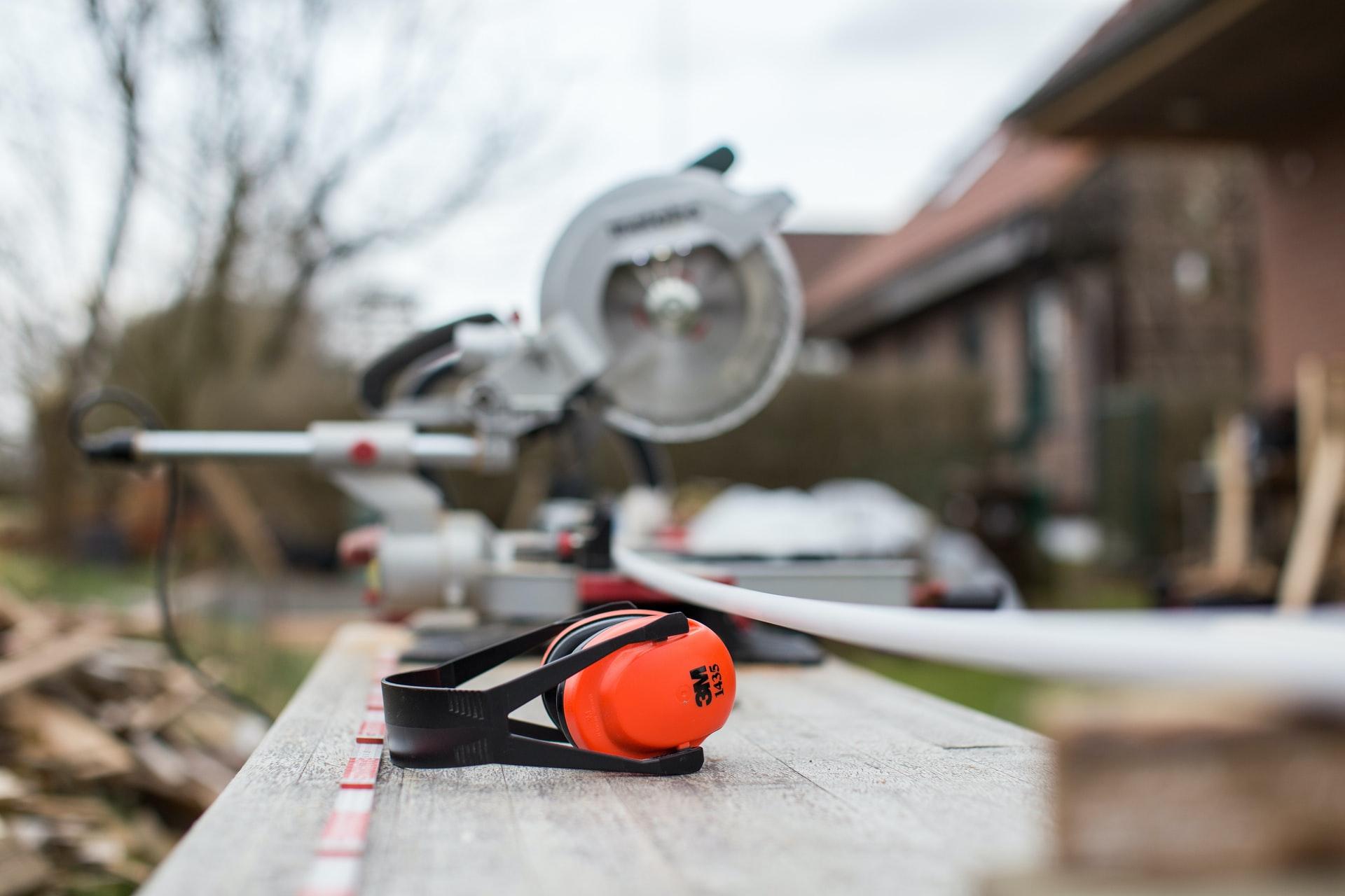 Unterweisung Lärmschutz beugt Hörschäden durch Lärm am Arbeitsplatz durch vorbeugende Maßnahmen vor.