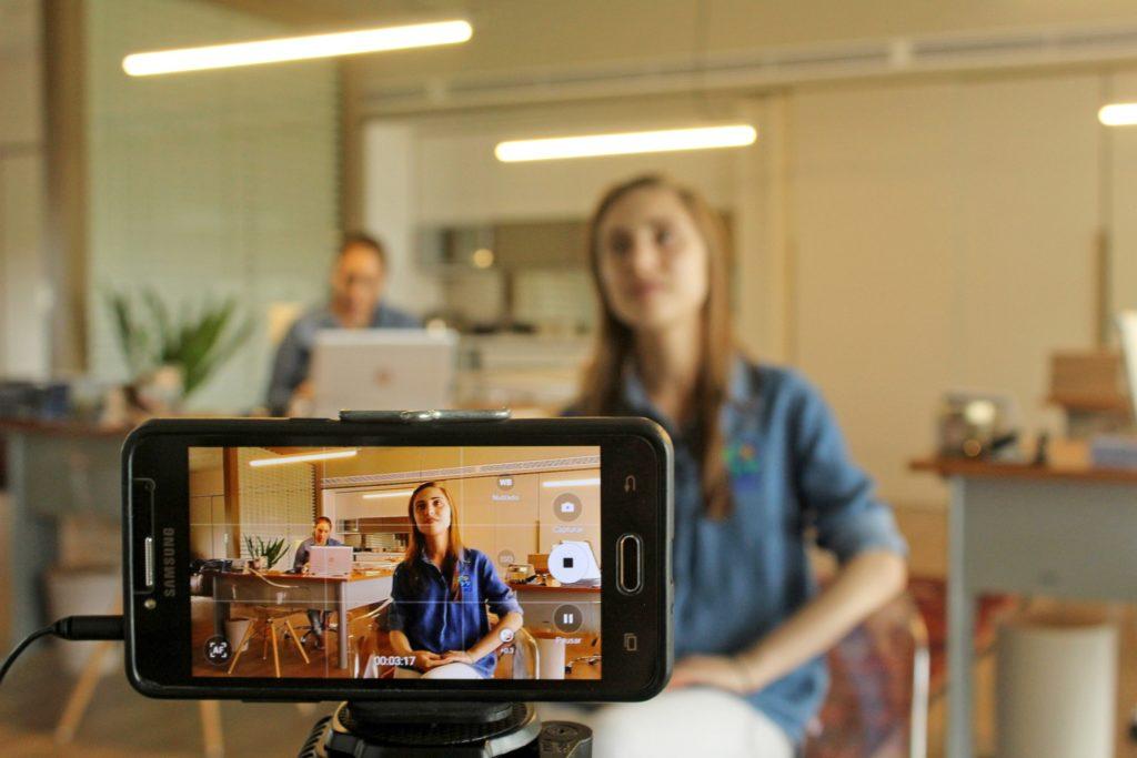 Lernende können sich die Videos einer Online Mitarbeiterunterweisung immer wieder ansehen und können so immer wieder nachvollziehen, wie der Lerninhalt aufgebaut ist, und komplexe Zusammenhänge verstehen.